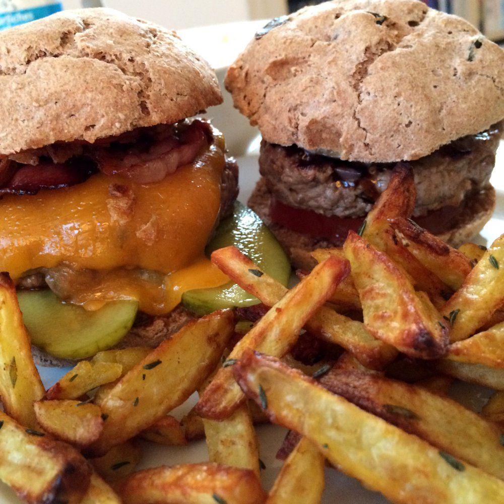 Cheeseburger und Burger Caprese mit Tomate-Mozzarella