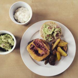 Burger mit Bacon, Guacamole und Käse
