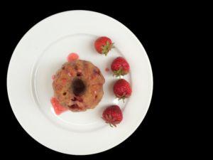 Mini-Milchreisgugel mit Erdbeeren