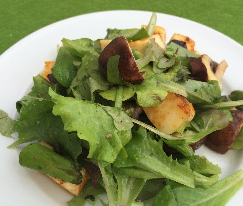 Blattsalat mit Champignons und Grillkäse