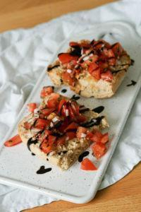Italienische Vorspeise » Rezept für Tomatenbruschetta mit Knoblauch und Frühlingszwiebeln