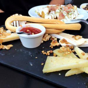 Käse und Patatas in der Cervecería Sento, Alicante