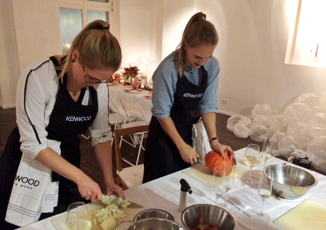 Vorbereiten der Kürbis-Kartoffelpuffer bei der Kenwood Küchenparty Berlin