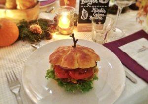 Kürbisburger - Bun in Kürbisform mit Salat, Rindfleisch, Kürbis-Kartoffelpuffer. Dazu Tomaten-Kürbisketchup und Burgersoße