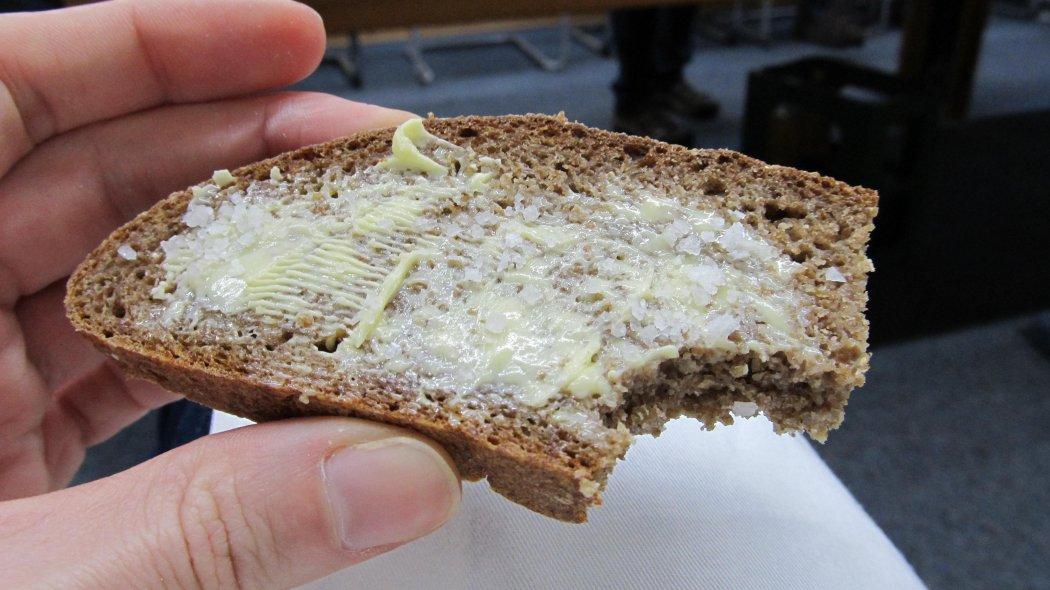 Bergroggen mit Butter und Salz