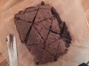 Brownie in Dreiecke schneiden