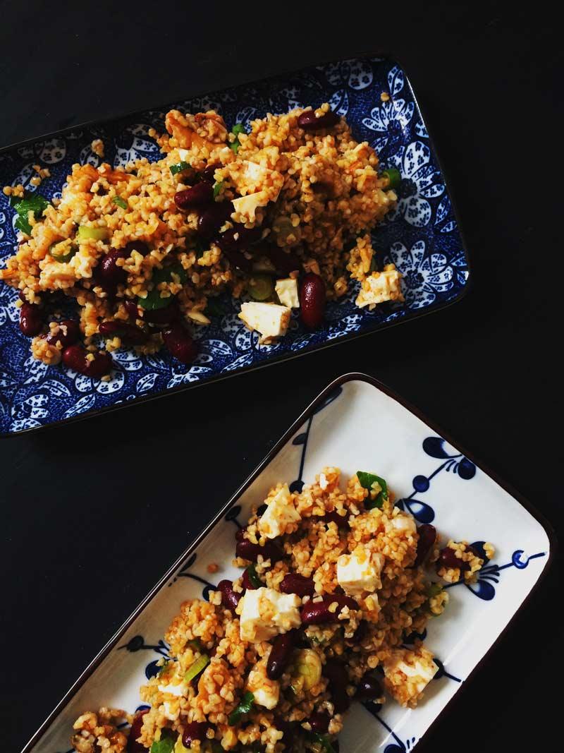 Kidneybohnen-Bulgur-Salat mit Feta und Harissa-Dressing