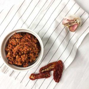 Rotes Pesto mit Tomaten und Knoblauch