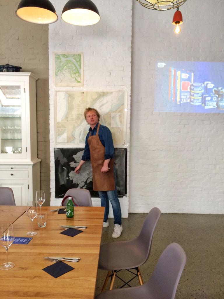 Bart van Olphen zeigt, woher sein Fisch kommt