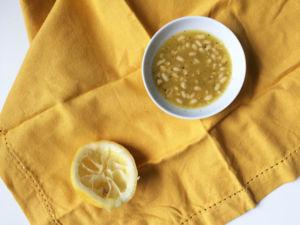 Zitronendressing mit Pinienkernen