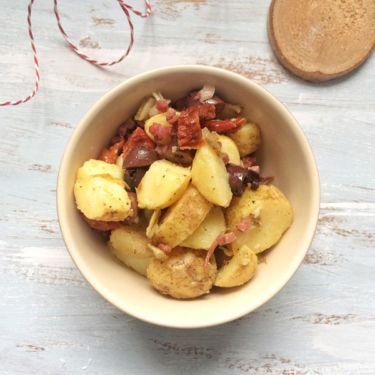Mediterraner Kartoffelsalat mit Tomaten, Oliven und Speck