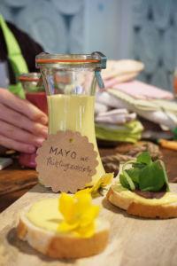 Mayo mit Frühlingszwiebeln und Rapsöl