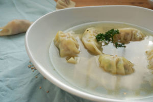 Gyoza in Brühe als Suppe