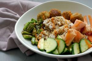 Bowl mit Falafel und Lachs