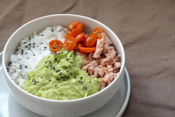 Sushi Bowl mit Avocado, Thunfisch und halbgetrockneten Tomaten
