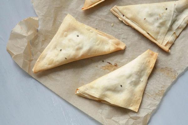 Spanakopita Rezept zum Selbermachen » Leckere und einfache Teigtaschen auf griechische Art mit Spinat und Feta