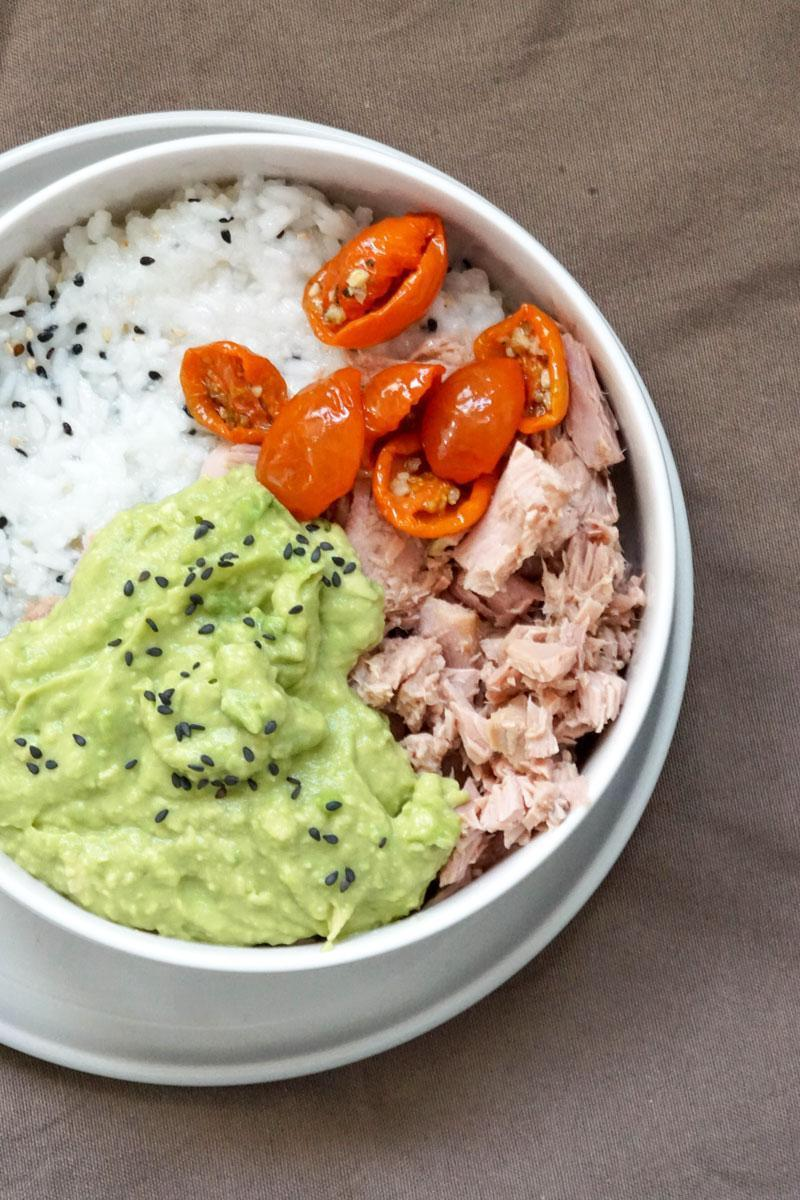 Einfache Sushibowl mit Avocado und Thunfisch