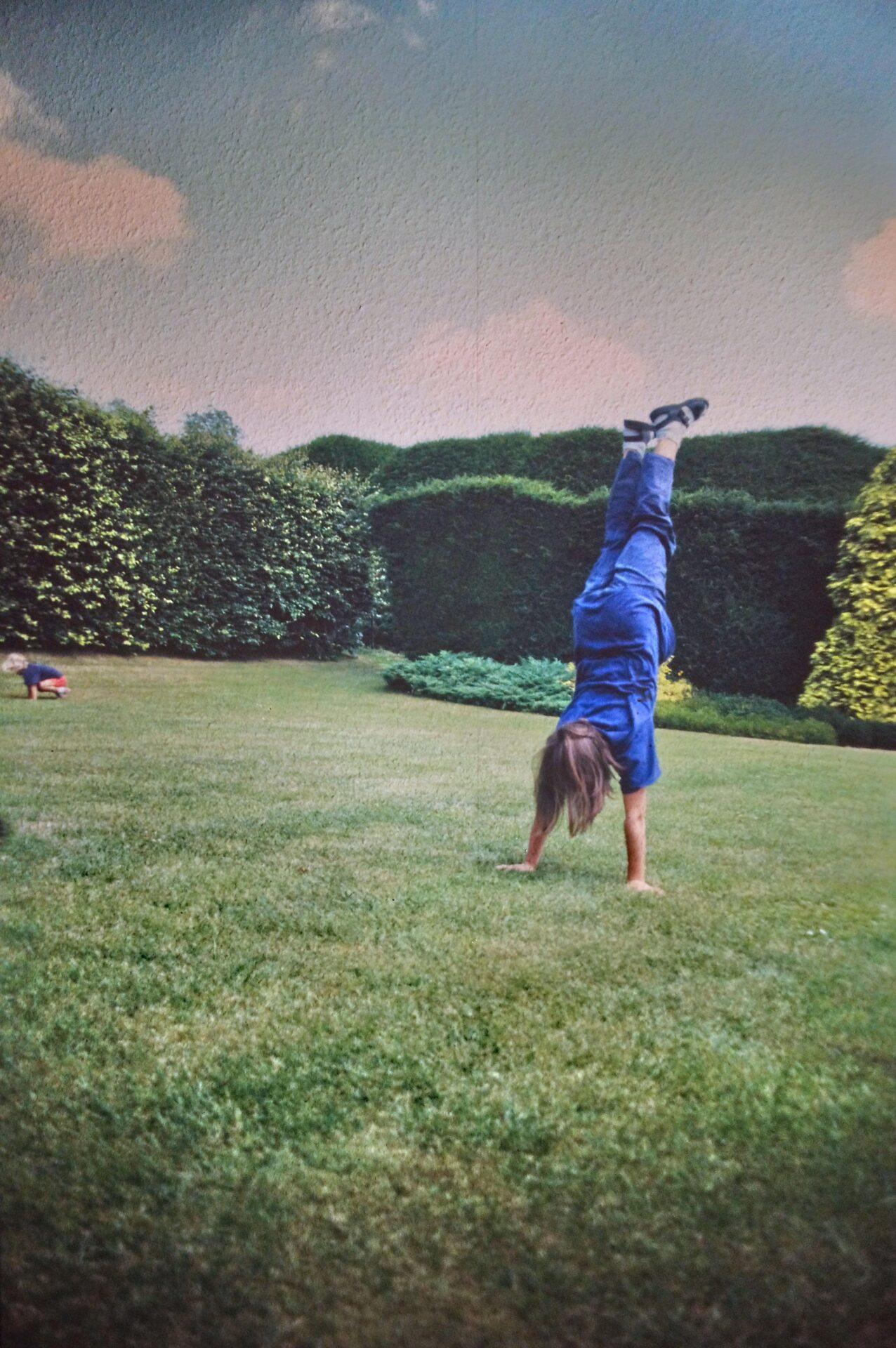 Caro macht Handstand