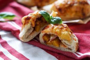 Calzone mit Paprika und Salami
