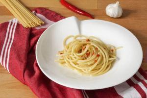 Schnelles römisches Pastarezept » einfache Bucatini aglio, olio e peperoncino