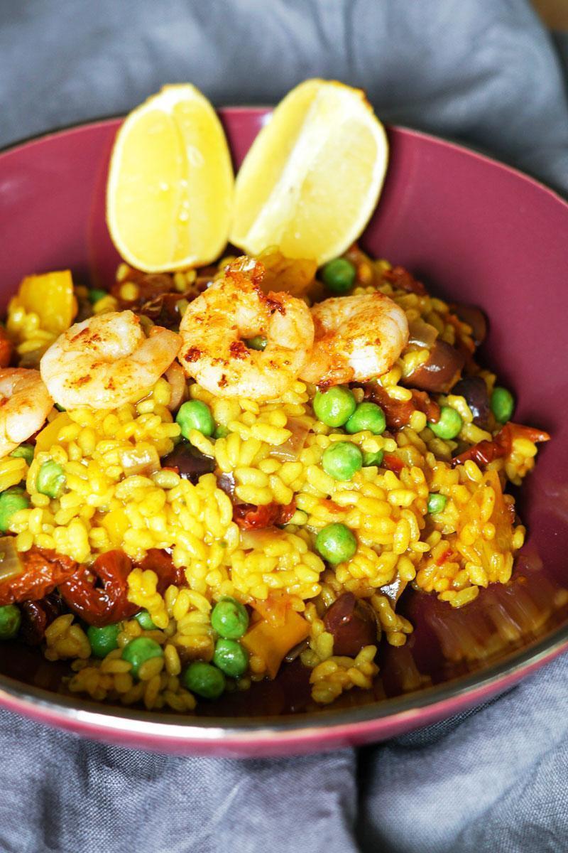 Paella selber kochen » schnelles Rezept mit Erbsen & Oliven