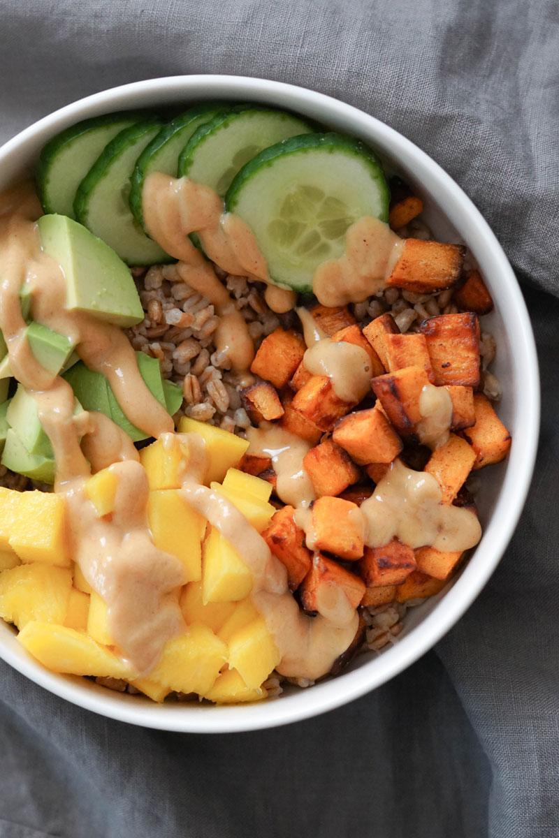 Dinkelbowl mit Gurke, Avocado & Süßkartoffel » Schnelles & leckeres Essen