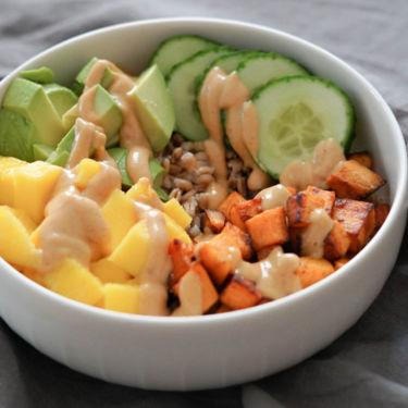 Gesunde Bowl, schnell & einfach » Dinkel, Süßkartoffel, Mango, Gurke & Avocado