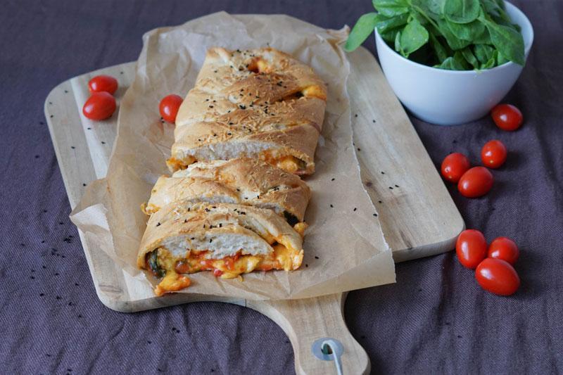 Gerollte Pizza mit Füllung » Rezept für Pizza Stromboli