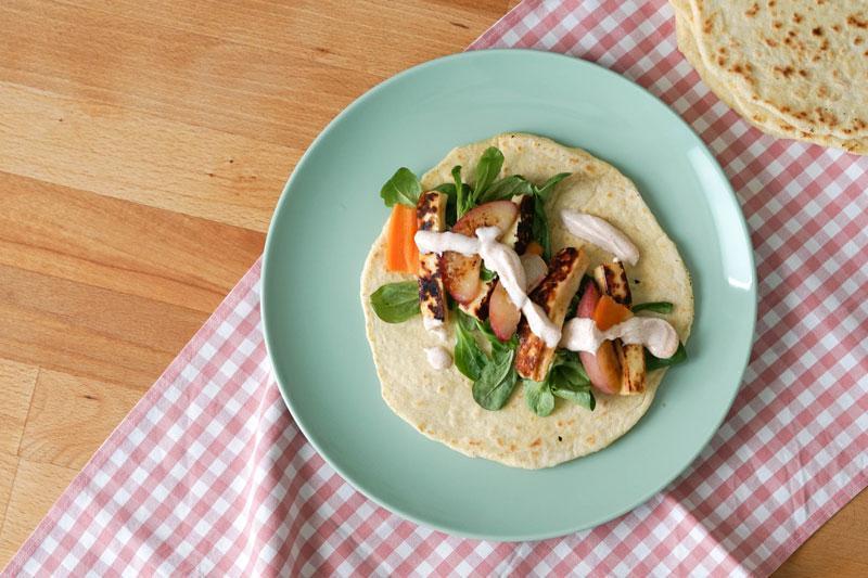 Weizentortilla selber machen & als Fajita füllen » Rezept für Fajita mit Halloumi, gegrillter Nektarine & Salat