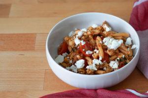 Nudelsalat italienisch mit Pesto & Tomaten
