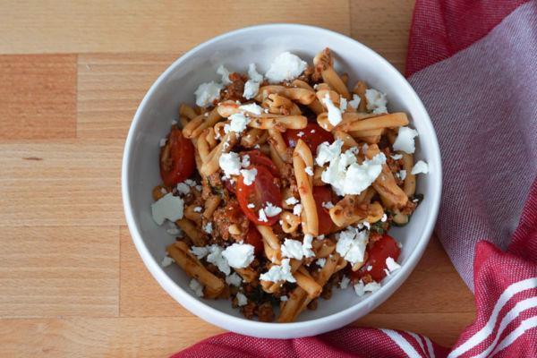 Nudelsalat mit Pesto » Rezept für vegetarischen Nudelsalat