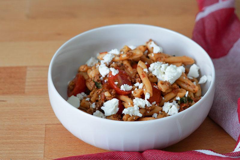 Nudelsalat mit Pesto » Schneller und leckerer Nudelsalat ohne Mayo