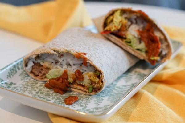 Veganer Burrito mit Bohnenpaste, Reis und Guacamole