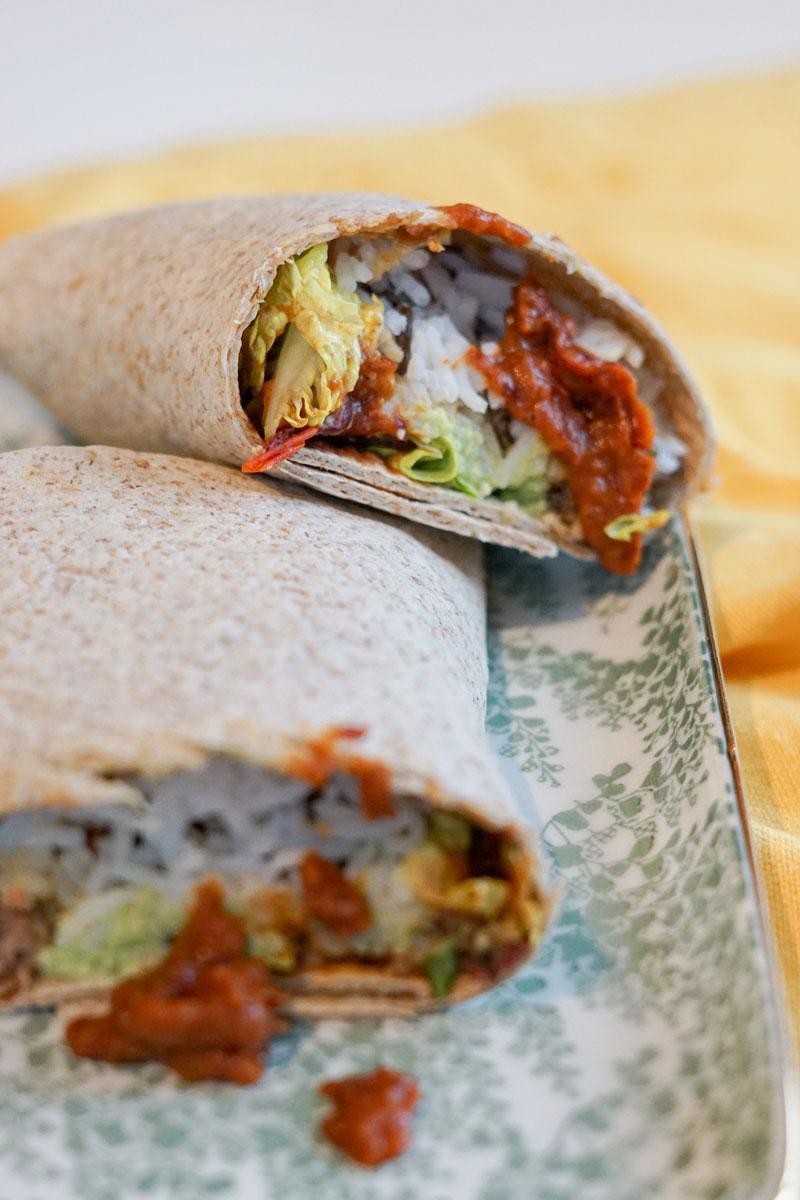 Veganer Burrito mit Bohnenpaste und Reis