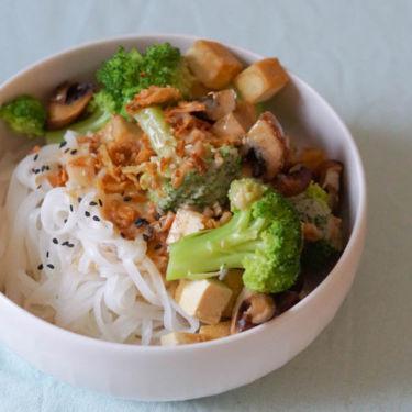 Reisnudel-Bowl mit Gemüse, Tofu und Erdnusssoße