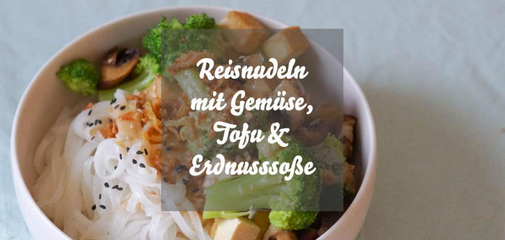 Reisnudeln mit Gemüse, Tofu und Erdnussoße im Asia-Style