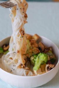 Asia-Style Reisnudeln mit Brokkoli und Tofu