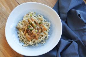 Pulled Mushrooms aus Kräuterseitlingen als Asia-Nudelsalat