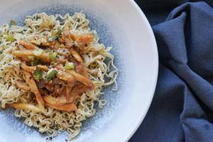 Kräuterseitlinge als Pulled Mushrooms auf Asia-Nudelsalat