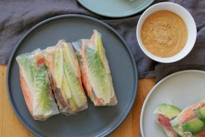 Vegane Sommerrollen mit Salat und Mienudeln, dazu Erdnusssoße