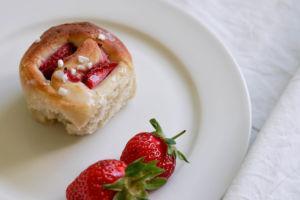 Vegane Erdbeer-Hefeschnecken mit Zuckerguss