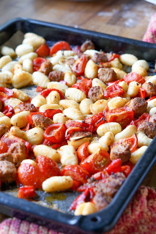 Ofengnocchi mit Gemüse und veganen Würstchen