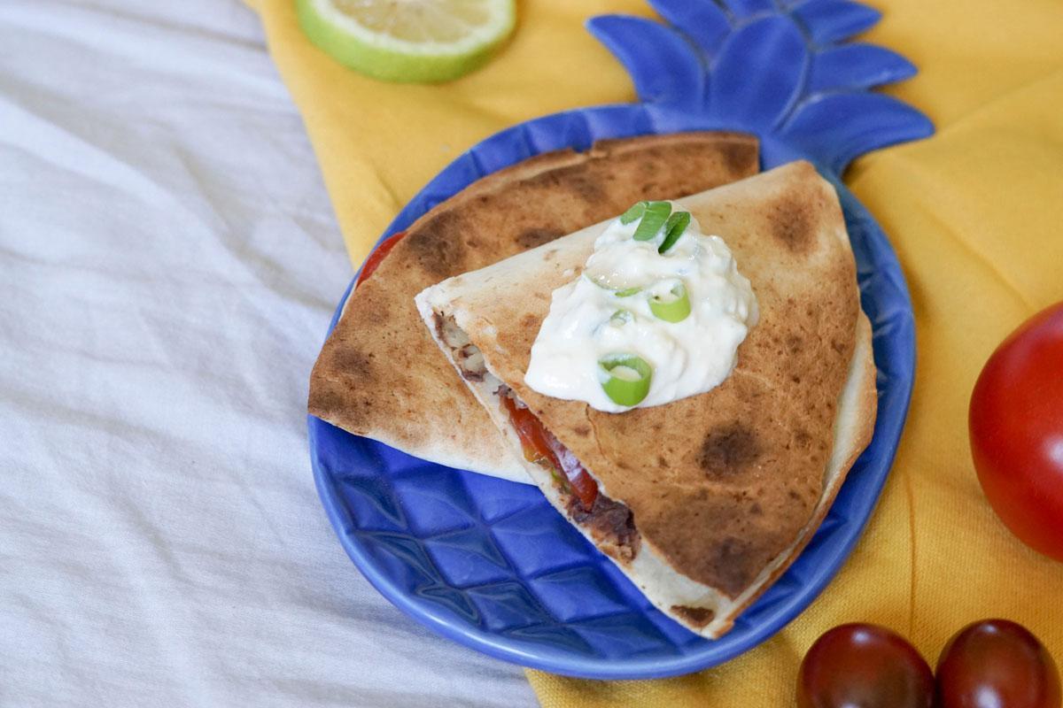 Vegane Quesadillas mit Tomaten und Bohnen