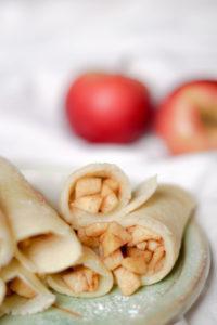 Gerollte Pfannkuchen mit Apfelfüllung veganes Rezept für Pfannkuchen
