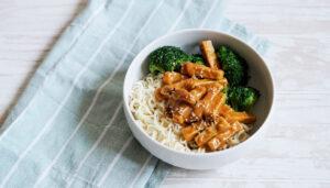 Veganes Erdnusstofu mit Brokkoli