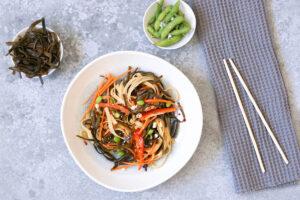 Meeresspaghetti-Nudelsalat mit Karotten, Paprika & Edamame