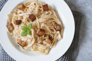Römische Pasta Cacio e Pepe mit veganem Käse und Pfeffer