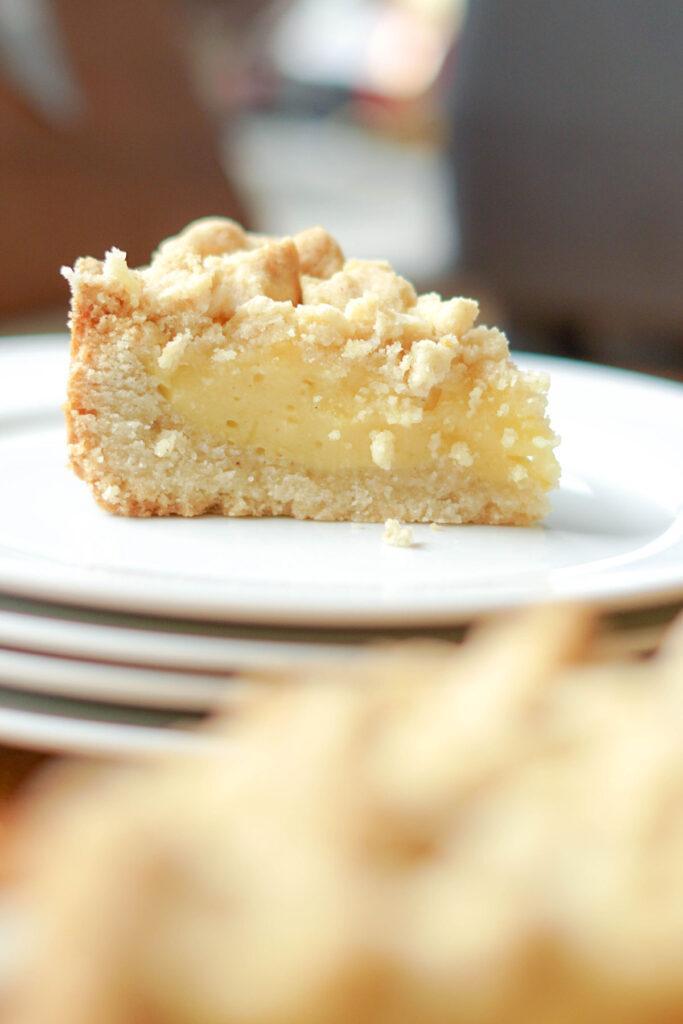 Pudding-Streuselkuchen Stück im Anschnitt: veganer Streuselkuchen mit Pudding gefüllt