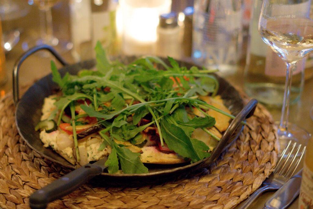 Essen im Rodenhaus Braunlage: Brotfladen mit Mandelmus, Gemüse und Kräutern