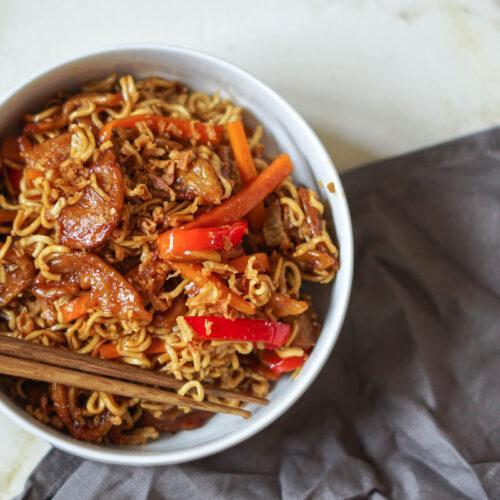 "Veganes mongolisches Rindfleisch / ""mongolian beef"" mit Gemüse & Nudeln"